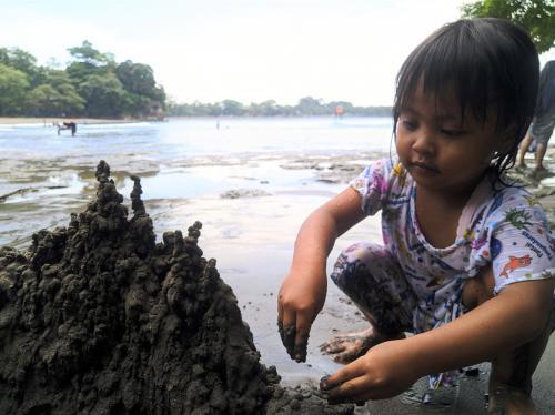 Ajak Anak Bermain Pasir di Pantai Pangandaran, Ada Manfaatnya Loh