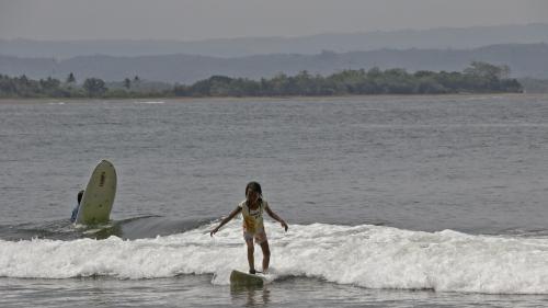 Asiknya Belajar Surfing di Pantai Batukaras Pangandaran