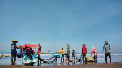 Berburu Ikan Segar Tangkapan Nelayan Jaring Arad Pangandaran