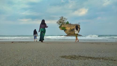 Indahnya Pemandangan Batu Karang di Pantai Madasari