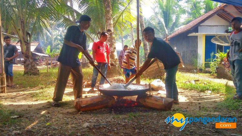 Mengintip Proses Pembuatan Dodol di Pangandaran