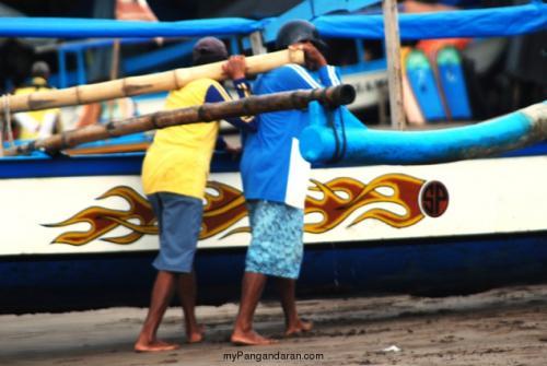 Punggung - Punggung Tangguh Pengangkut Perahu Wisata Pangandaran