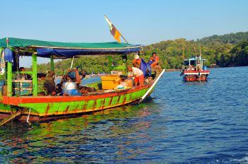 Kapal-kapal Nelayan Bersandar di Pantai Barat