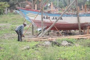 FOTO: Perawatan dan Perbaikan Kapal di Pelabuhan PPI Cikidang Pangandaran