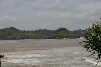 Mengintip Pulau Nusakambangan di Seberang Pantai Karapyak Pangandaran