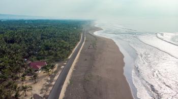 Potret Jalan Lintas Pesisir Pantai Batu Hiu Pangandaran