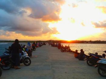 Ramainya Pelabuhan Bojong Salawe Kala Senja