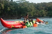 Serunya Naik Banana Boat di Pantai Timur Pangandaran