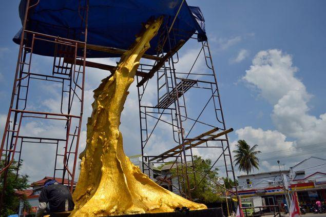 Tugu Ikan Bundaran Pangandaran Berwarna Emas
