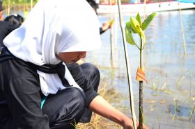 Ratusan Siswa Antusias Mengikuti Aksi Tanam Pohon