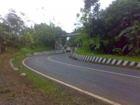 Rel di Atas Jalan Raya daerah Pamarican