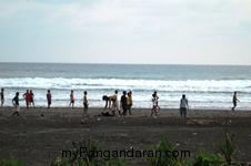 Ramenya Anak Cikembulan Bermain Bola di Pantai Pamugaran