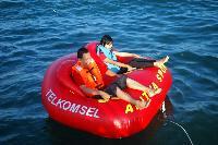 Asyiknya Naik Donat di Laut Pangandaran