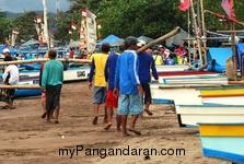 Memotret Kebersamaan Tukang Ngegoh Perahu di Pangandaran