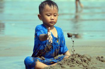 Asyiknya Anak Bermain Pasir di Pantai Pangandaran