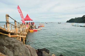 Menunggu Antrian Di Wahana Bananaboat  Pantai Timur