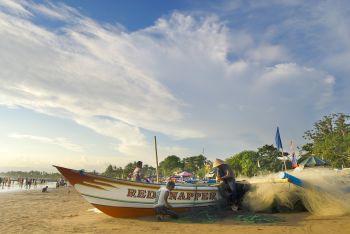 Menyulam Jaring, Kisah Nelayan Pangandaran