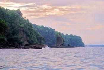 Pesona Batu Layar Pantai Timur Pangandaran