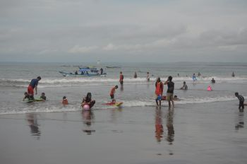 Serunya Bermain di Pantai Barat Pangandaran