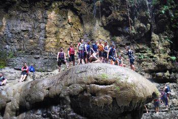 Serunya Terjun Dari Batu Payung Green Canyon