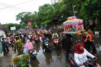 Ribuan Warga dan Wisatawan Pangandaran Arak Dongdang di Acara Hajat Laut