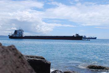 Kapal Tengker Bersandar di Pantai Timur