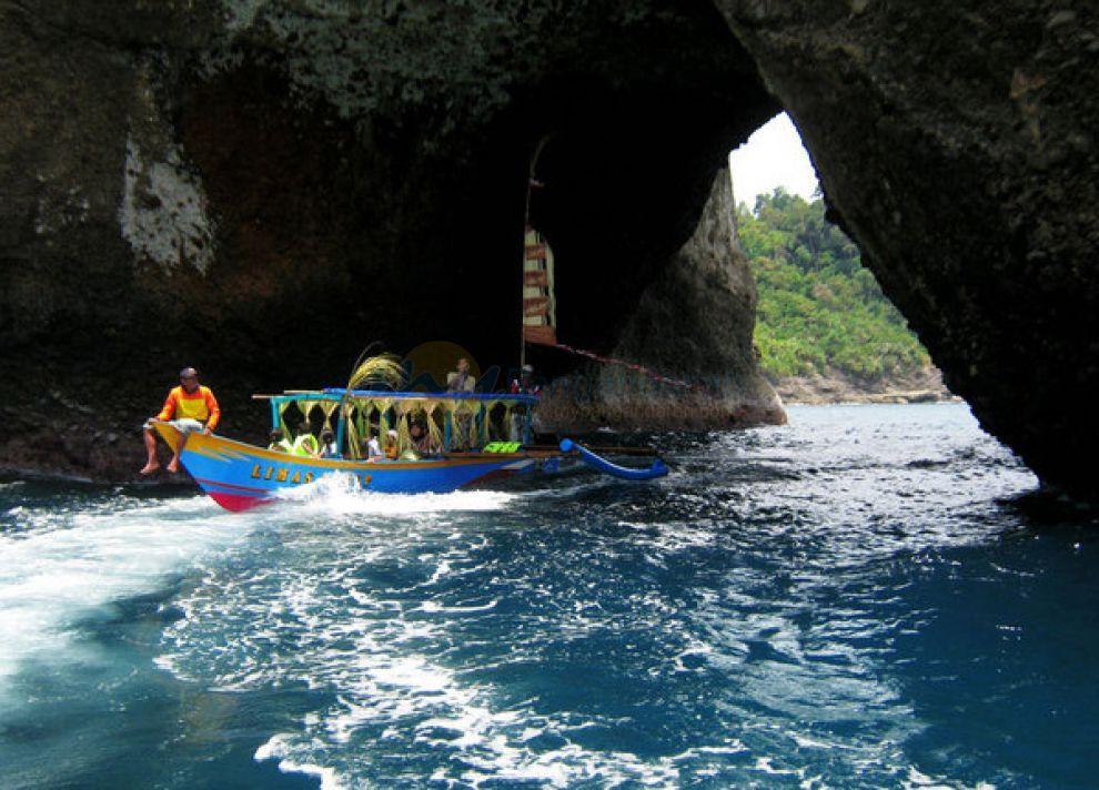 Keindahan Goa Karang Bolong