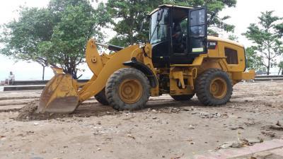 Alat Berat Ratakan Pasir di Pantai Barat Pangandaran