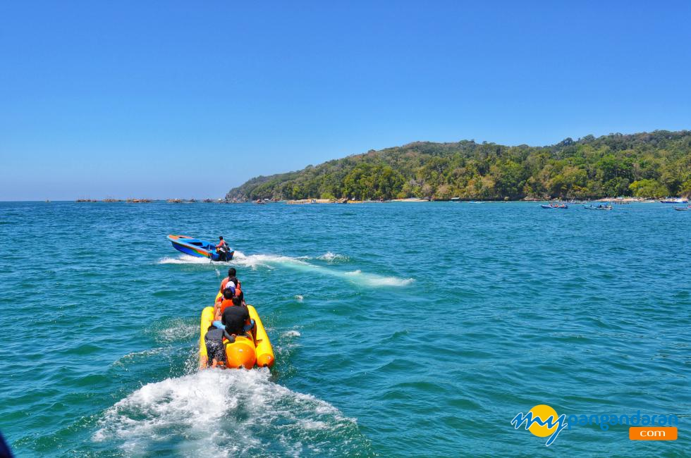 Asyiknya Bermain Banana Boat di Pantai Timur Pangandaran