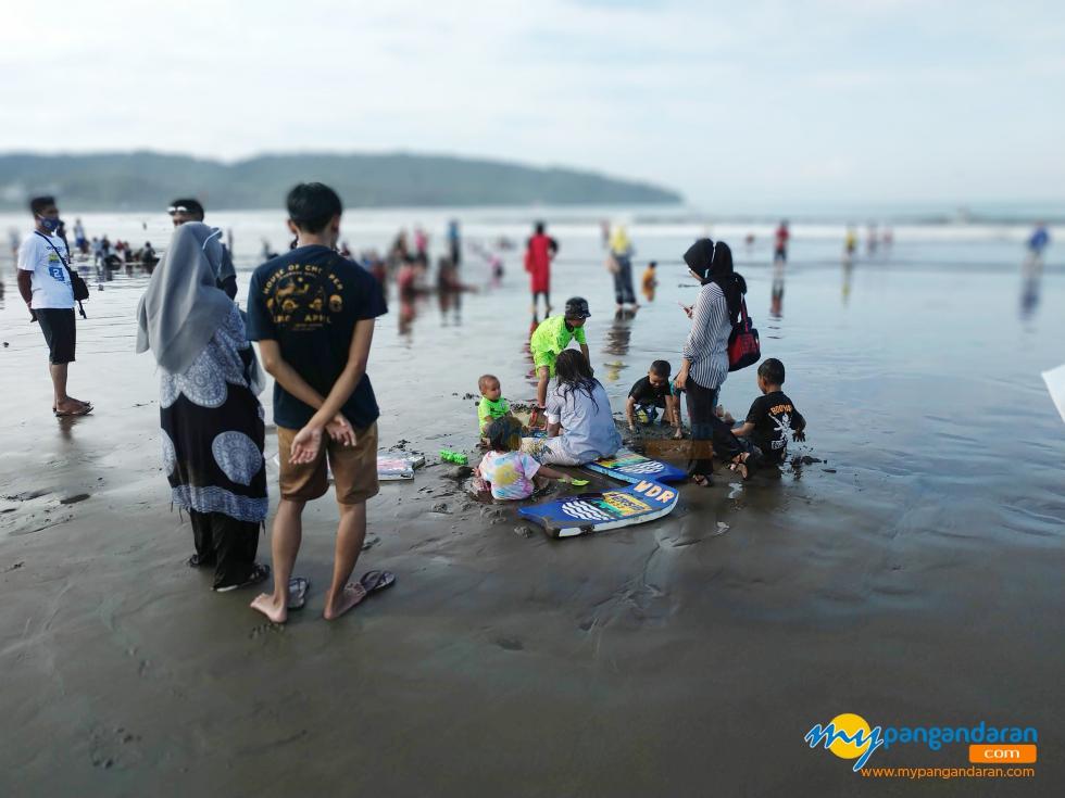 Asyiknya Bermain Pasir di Pantai Barat Pangandaran