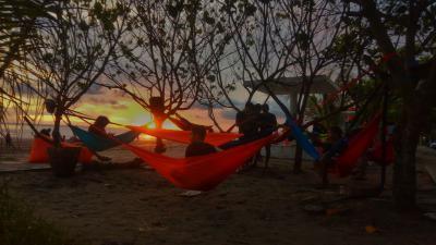 Asyiknya Menikmati Senja Pantai Pangandaran Sambil Hammocking