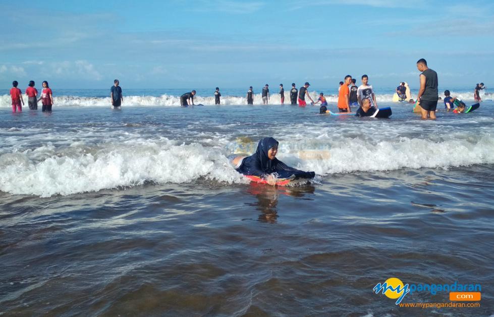 Berenang dan Berselancar di Laut Pangandaran