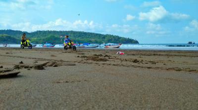 Bermotor Ria disaat Pantai Sedang Surut