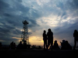 Indahnya Foto Siluet Penikmat Matahari Terbit di Pantai Timur Pangandaran