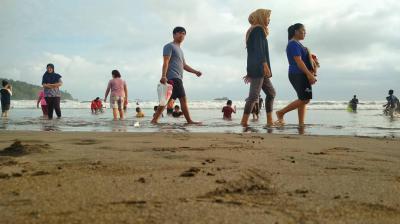 Karena Pantai Pangandaran, Mereka Bahagia