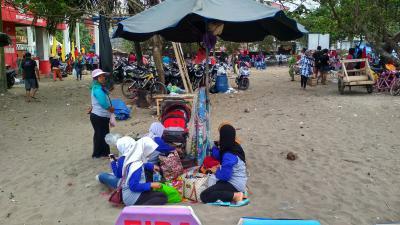 Lesehan di Pantai Pangandaran