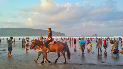 Menikmati Indahnya Pantai dengan Berkuda.