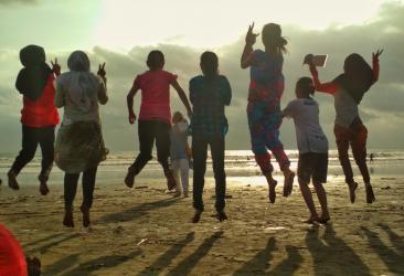 Menikmati Suasana Senja di Pantai Pangandaran dengan Berphoto Ria