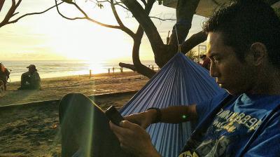 Menunggu Senja di Atas Ayunan Hammock