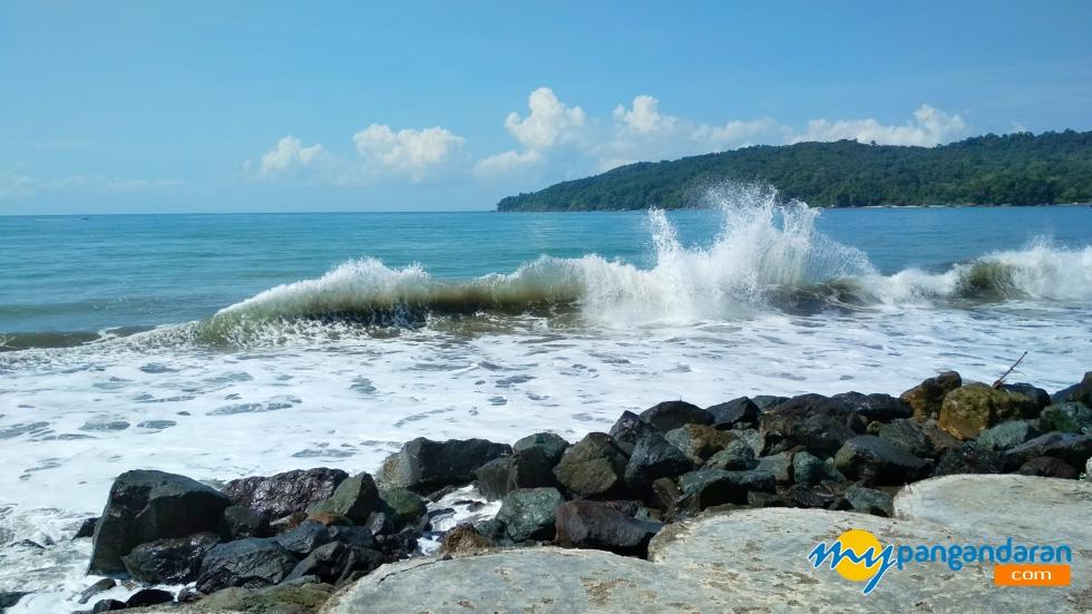Menikmati Indahnya  Deburan Ombak Pantai Timur Pangandaran
