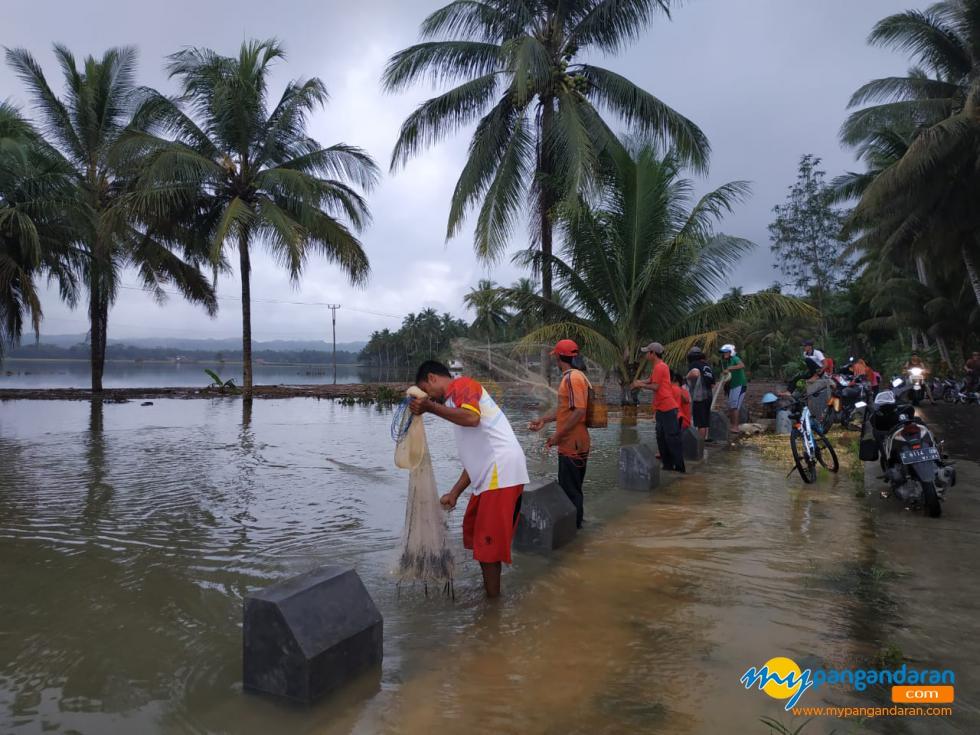 Ngaheurap!!! Kegiatan Warga Desa Bojong Ketika Banjir
