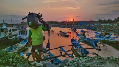 Memotret Rutinitas Nelayan Pangandaran Bersiap Melaut Saat Senja