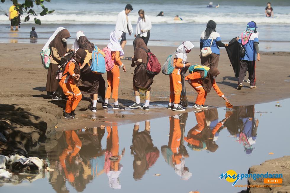 Potret Kegiatan World Clean Up 2021 Pantai Barat Pangandaran