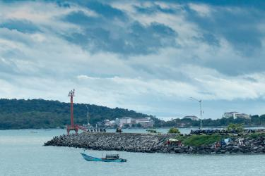 Potret Keluar Masuk Perahu Nelayan Pangandaran di PPI Cikidang