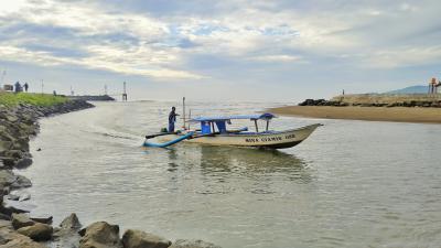 Potret Nelayan Saat Pulang Dari Tengah Laut di Muara Cikidang Pangandaran