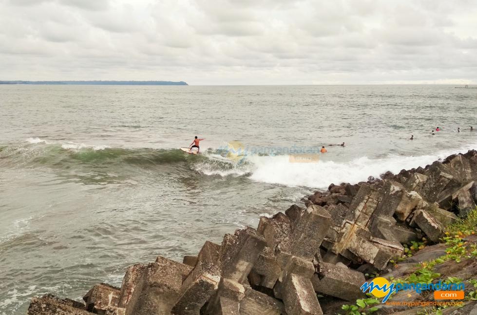 Potret Para Pemain Surfing Yang Sedang Berselancar Pelabuhan Cikidang Pangandaran