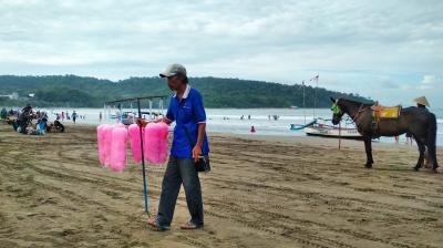 Memotret Penjual Aromanis di Pantai Pangandaran