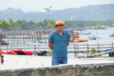 Potret Ridwan Kamil Mengamati Hasil Penataan Pantai Timur Pangandaran