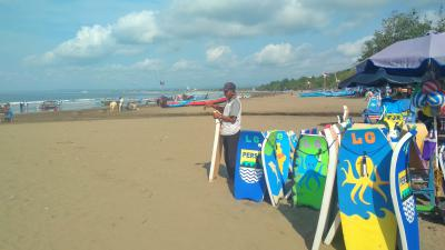 Potret Seorang Penjual Jasa Selancar di Pantai Pangandaran
