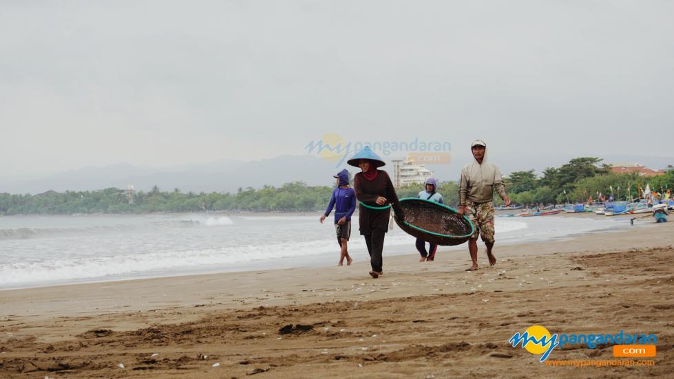 Potret Suasana Pantai Barat Pangandaran Saat Ramadan